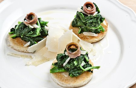 Tartine con spinaci e acciughe